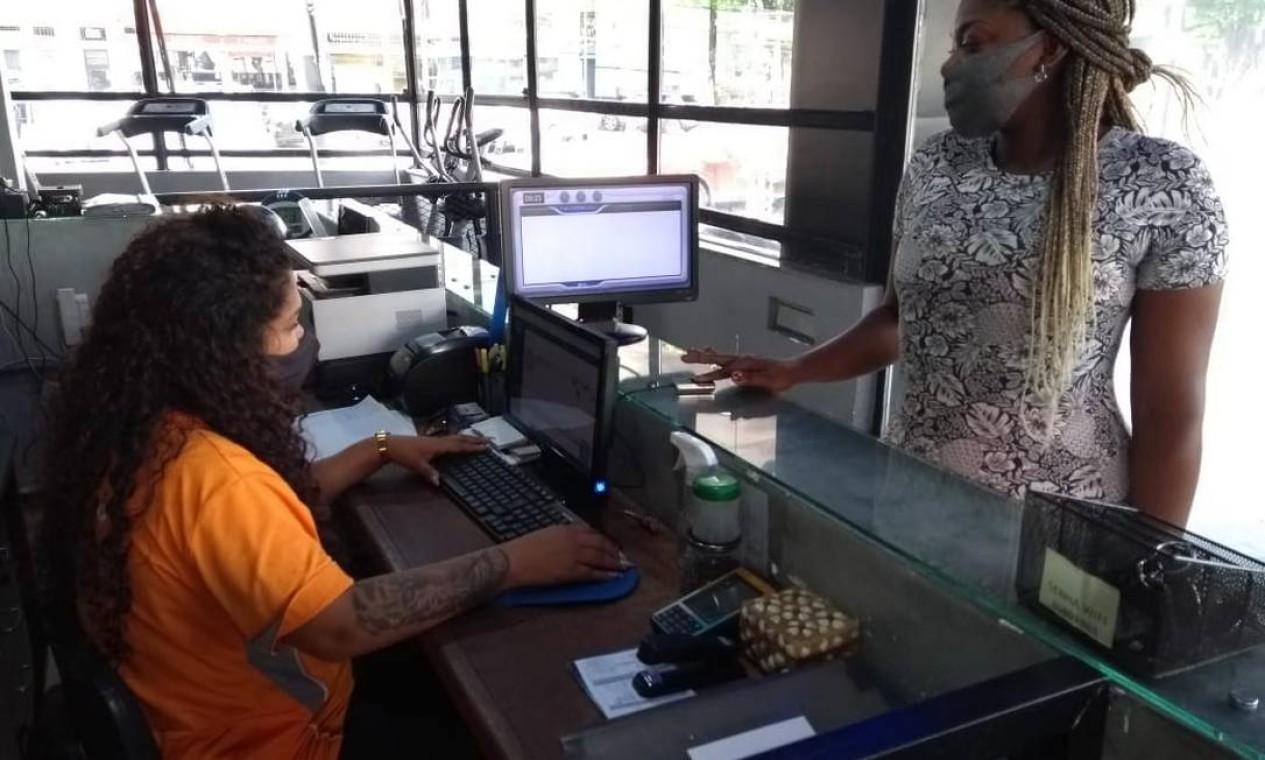 Rosiane da Silva Vicente apresenta o comprovante de vacinação para entrar na Academia News Corpore, em Rocha Miranda Foto: Domingos Peixoto / Agência O Globo