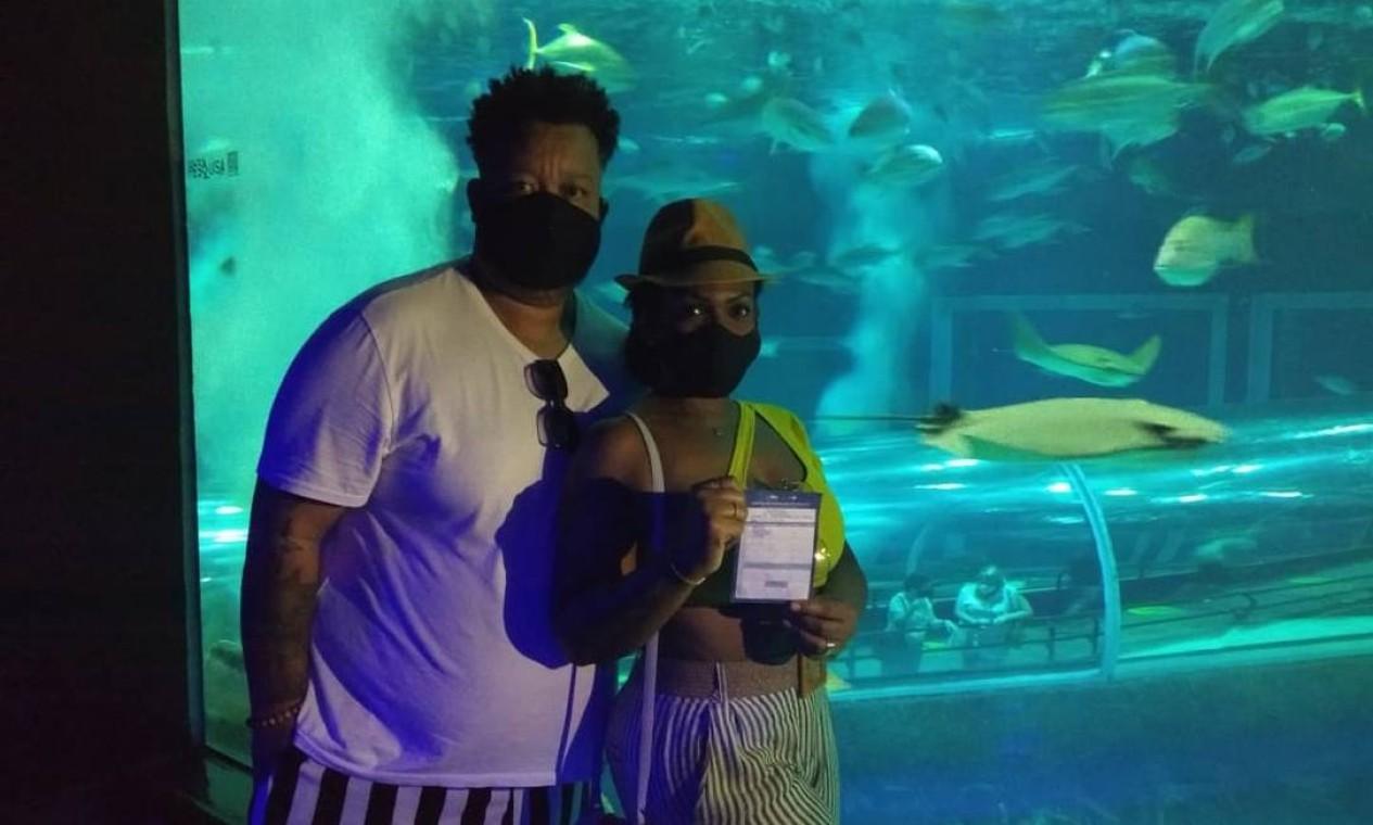 Os cariocas Vanessa e Alexandre apresentaram carteira de vacinação contra Covid-19 para entrar no AquaRio Foto: Domingos Peixoto / Agência O Globo