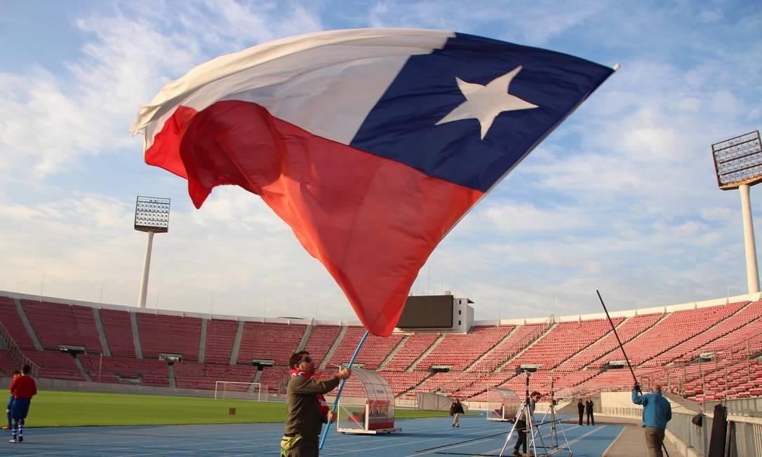 Bandeira do Chile no Estádio Nacional, na capital Santiago Foto: Eduardo Maia / O Globo