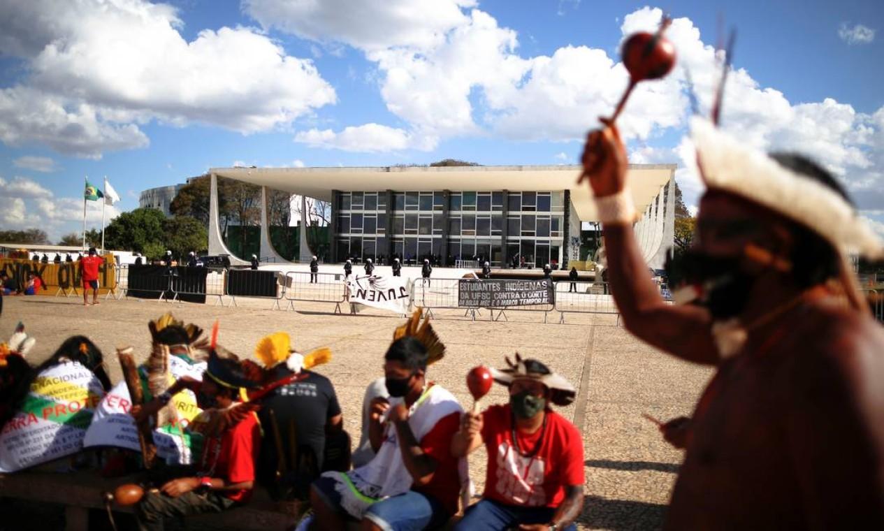 Indígenas protestam em frente ao julgamento do Supremo Tribunal Federal contra o marco temporal Foto: Adriano Machado / Reuters - 01/09/2021