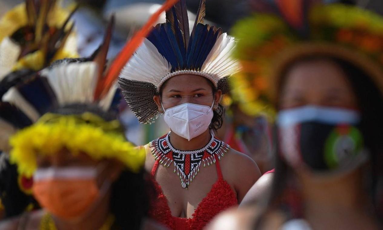 Mulher indígena é vista durante manifestação pela demarcação de terras indígenas em Brasília Foto: Carl de Souza / AFP - 08/09/2021