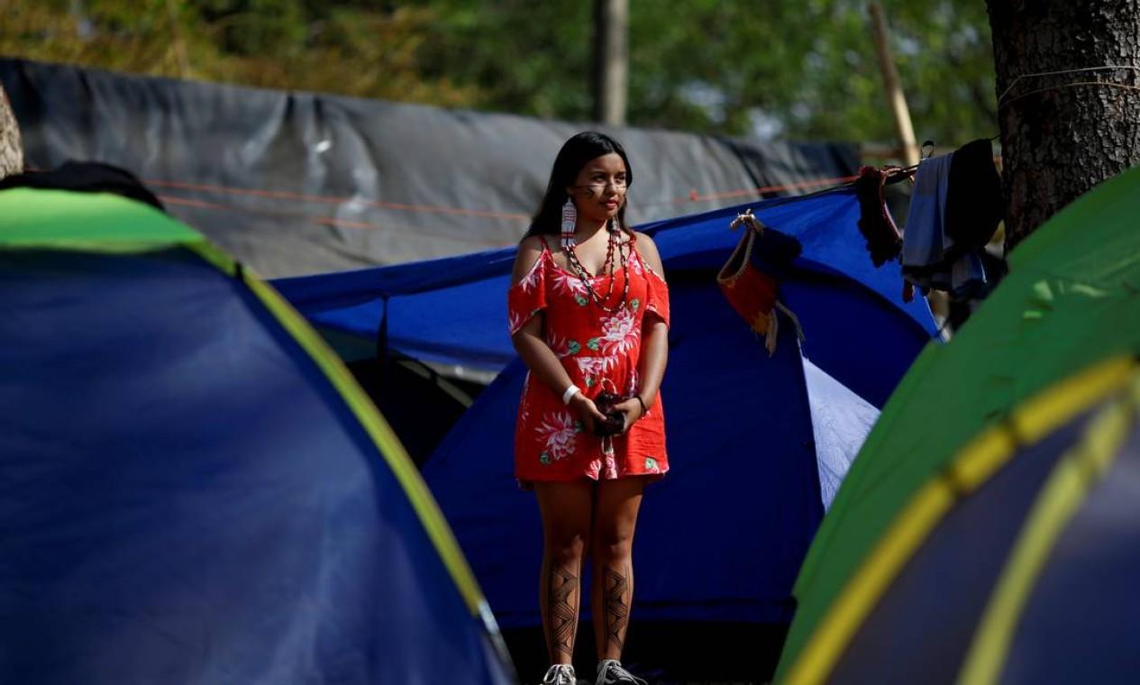 Elise Guarani, da tribo Guarani, observa o acampamento da marcha das mulheres enquanto elas aguardam o julgamento do Supremo Tribunal Federal em um caso histórico sobre direitos à terra indígena. Grupos indígenas ocupam a cidade desde o final de agosto Foto: Adriano Machado / Reuters - 08/09/2021