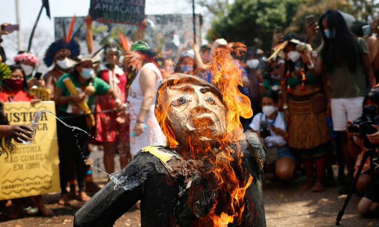 Pessoas queimam boneco representando o presidente Jair Bolsonaro durante a segunda marcha das mulheres indígenas em Brasília Foto: Adriano Machado / Reuters - 10/09/2021