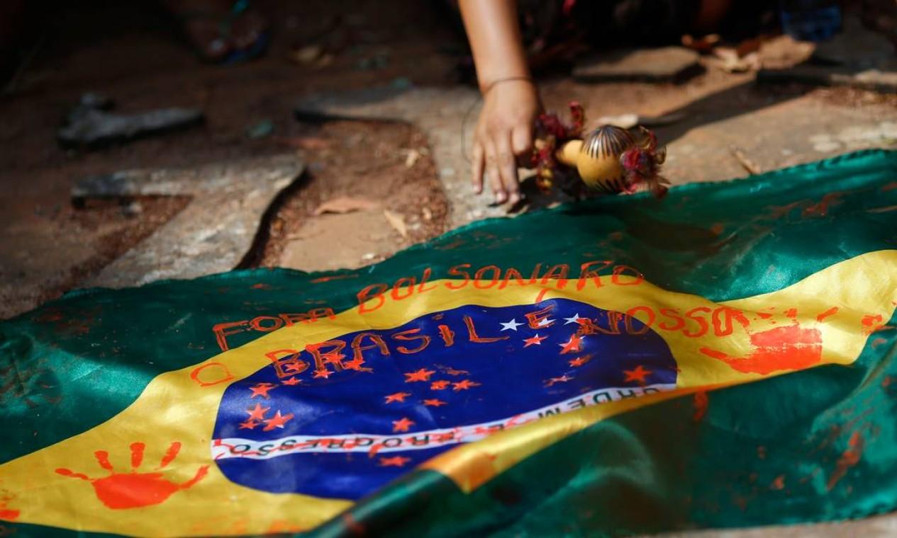 Bandeira brasileira é retratada durante a segunda marcha de mulheres indígenas em protesto contra o presidente do Brasil Jair Bolsonaro em Brasília Foto: Adriano Machado / Reuters - 10/09/2021