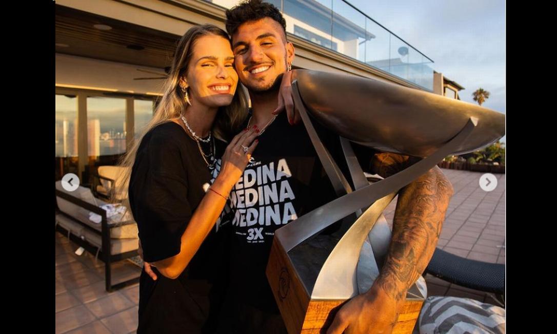 Medina exibe troféu ao lado de Yamin Brunet Foto: Reprodução Instagram