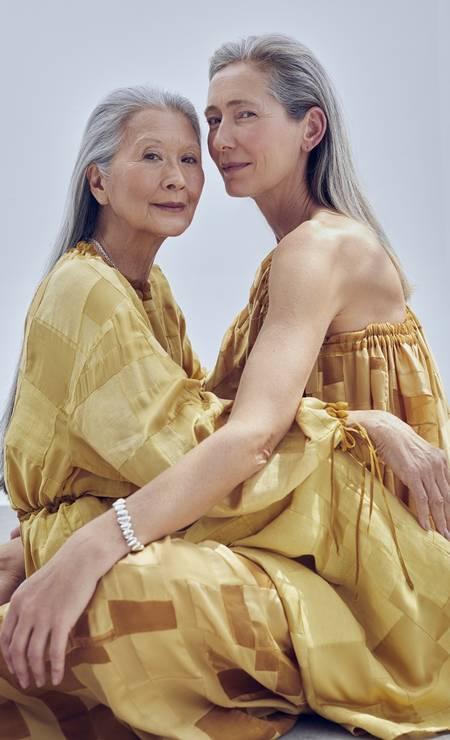 Rosa veste blusa e calça, ambos Flávia Aranha, colar HStern. Sheila veste macacão Flávia Aranha, bracelete HStern Foto: Bruna Castanheira