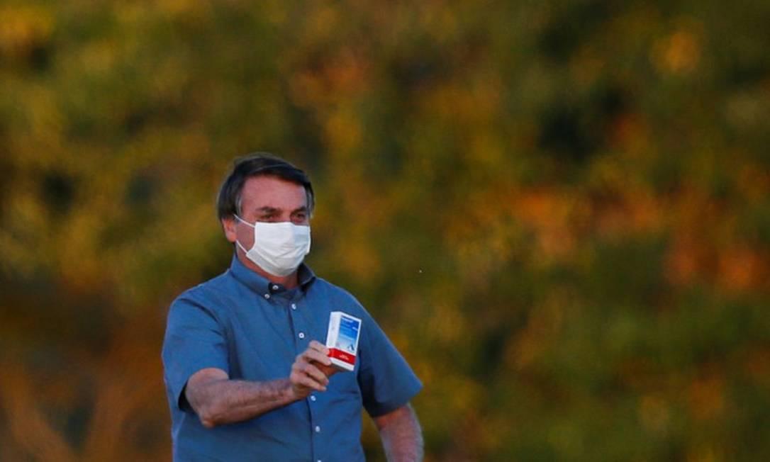 Bolsonaro segura caixa do remédio hidroxicloroquina Foto: Adriano Machado / Agência O Globo