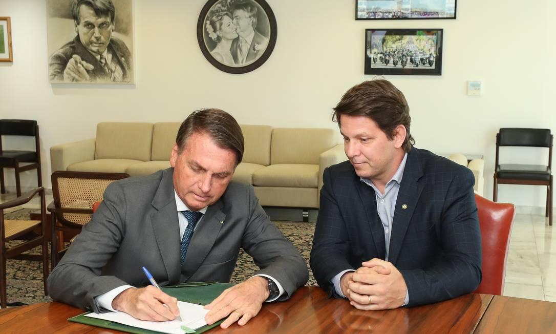 O presidente Jair Bolsonaro e o secretário especial de Cultura Mário Frias na assinatura do decreto sobre Programa Nacional de Apoio à Cultura, em julho deste ano Foto: Agência O Globo