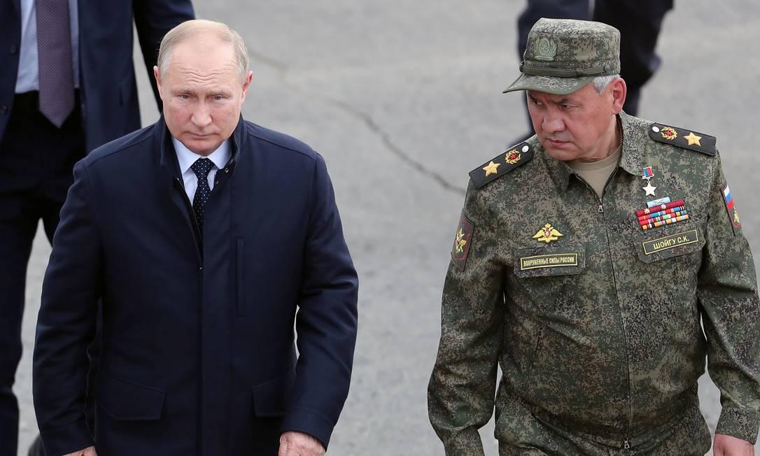 Presidente russo Vladimir Putin e o ministro da Defesa, Sergei Shoigu, acompanham exercícios militares com a Bielorrússia, no dia 13 de setembro. Ministro é visto por analistas como um eventual sucessor de Putin no poder Foto: SPUTNIK / via REUTERS