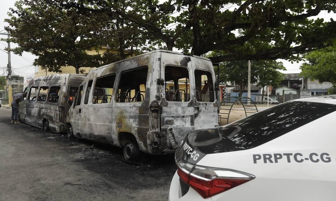 Disputa entre facções da milícia na Zona Oeste leva a incendiar vans do rival na Zona Oeste Foto: Gabriel de Paiva / Agência O Globo