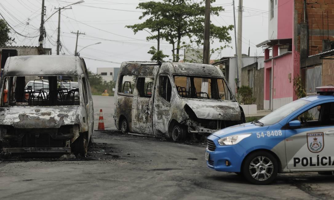 Vans queimadas por milicianos na Rua Agaí, em Santa Cruz; confronto motivou suspensão de reabertura do BRT Foto: Gabriel de Paiva / Agência O Globo