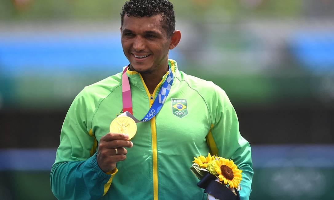 Isaquias Queiroz recebe o primeiro ouro olímpico da canoagem brasileira Foto: PHILIP FONG / AFP