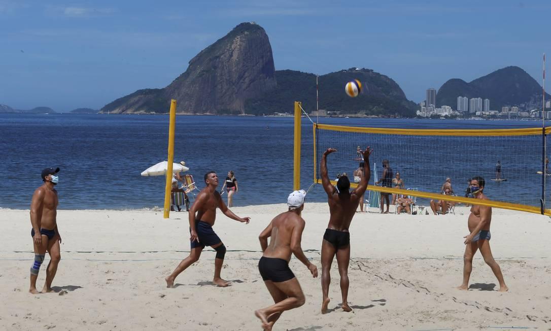 Partida de vôlei em Icaraí: atividades físicas poderão ser feitas sem máscara nas praias da cidade já no próximo mês Foto: Fabiano Rocha / Agência O Globo