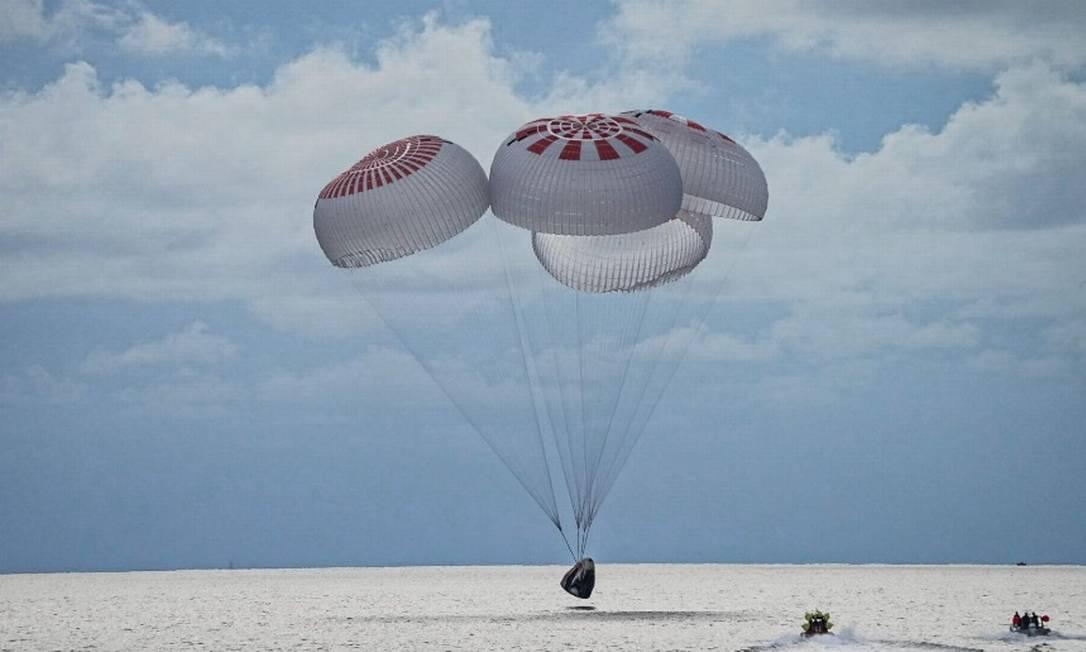 Nave toca no Oceano Atlântico exatamente no horário previsto, às 20h06 Foto: Reprodução/SpaceX