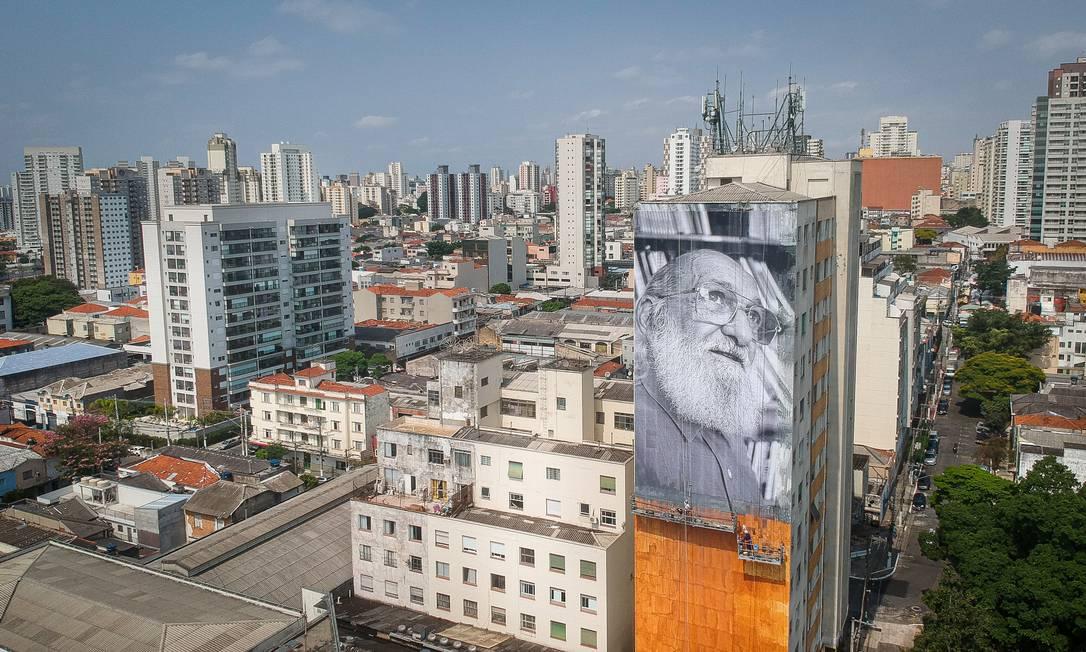 Prédio na Barra Funda, em São Paulo, ganha lambe-lambe gigante em homenagem ao centenário de Paulo Freire, patrono da educação brasileira Foto: Marco Ankosqui/O Globo / Agência O Globo
