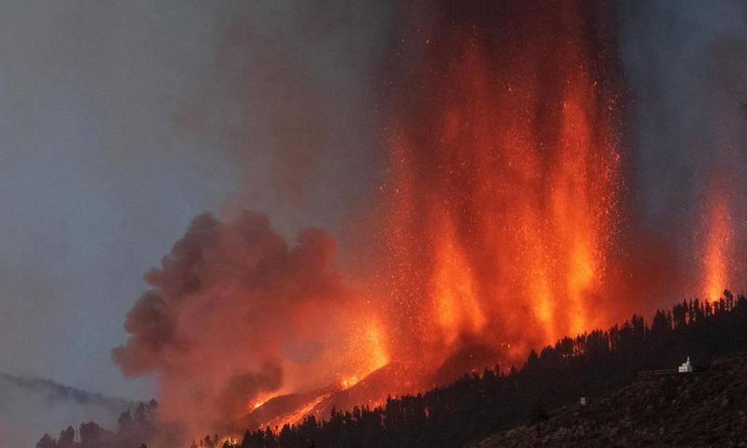 O vulcão Cumbre Vieja entrou em erupção nas Ilhas Canárias espanholas espalhando lava, cinzas e uma enorme coluna de fumaça Foto: DESIREE MARTIN / AFP
