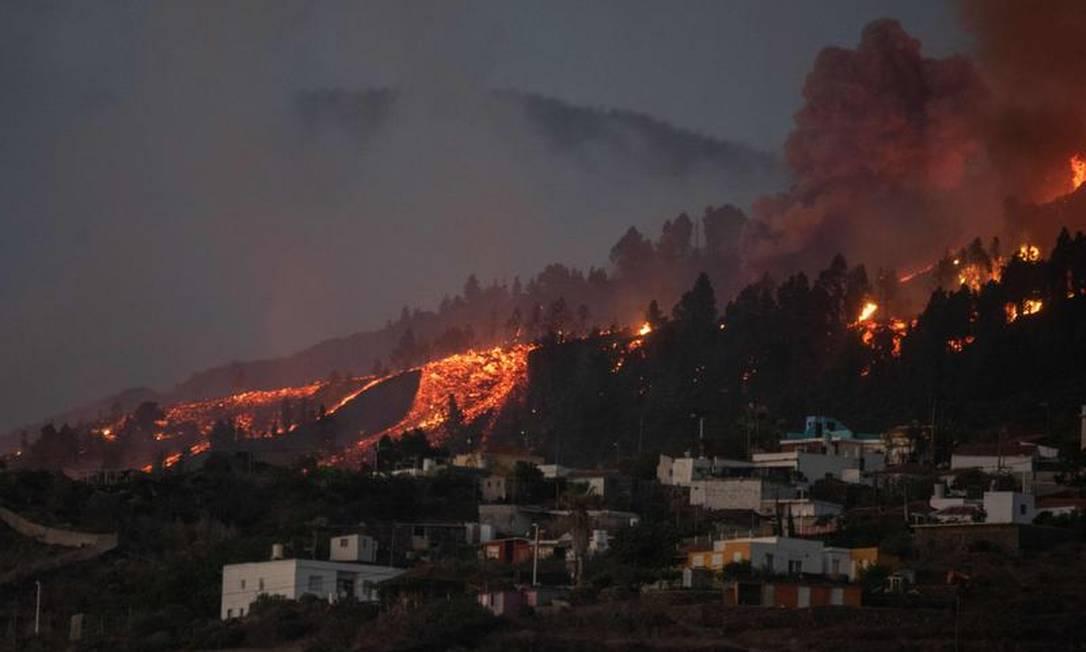 Rio de lava se aproxima das casas enquanto o Monte Cumbre Vieja entra em erupção em El Paso Foto: AFP