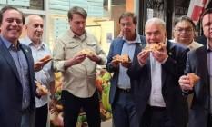 Bolsonaro come pizza na calçada em Nova York, com ministros: presidente não tem comprovante de vacinação exigido para frequentar restaurantes Foto: Reprodução
