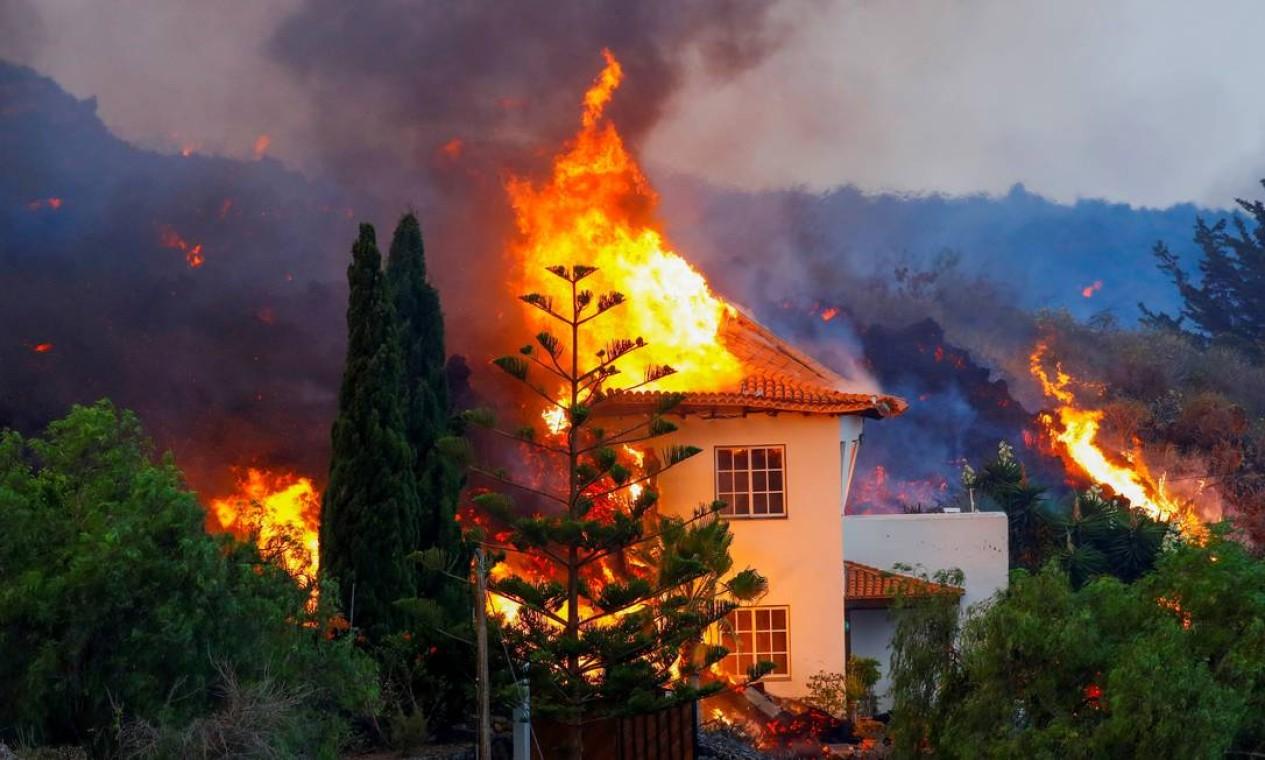 Erupção do vulcão no parque nacional Cumbre Vieja em Los Llanos de Aridane, nas ilhas Canárias de La Palma, causa estragos nos arredores Foto: BORJA SUAREZ / REUTERS