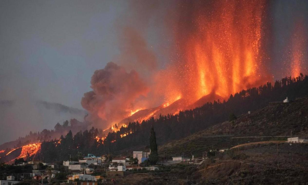 O Monte Cumbre Vieja entra em erupção em El Paso, expelindo colunas de fumaça, cinzas e lava, na ilha de La Palma Foto: DESIREE MARTIN / AFP