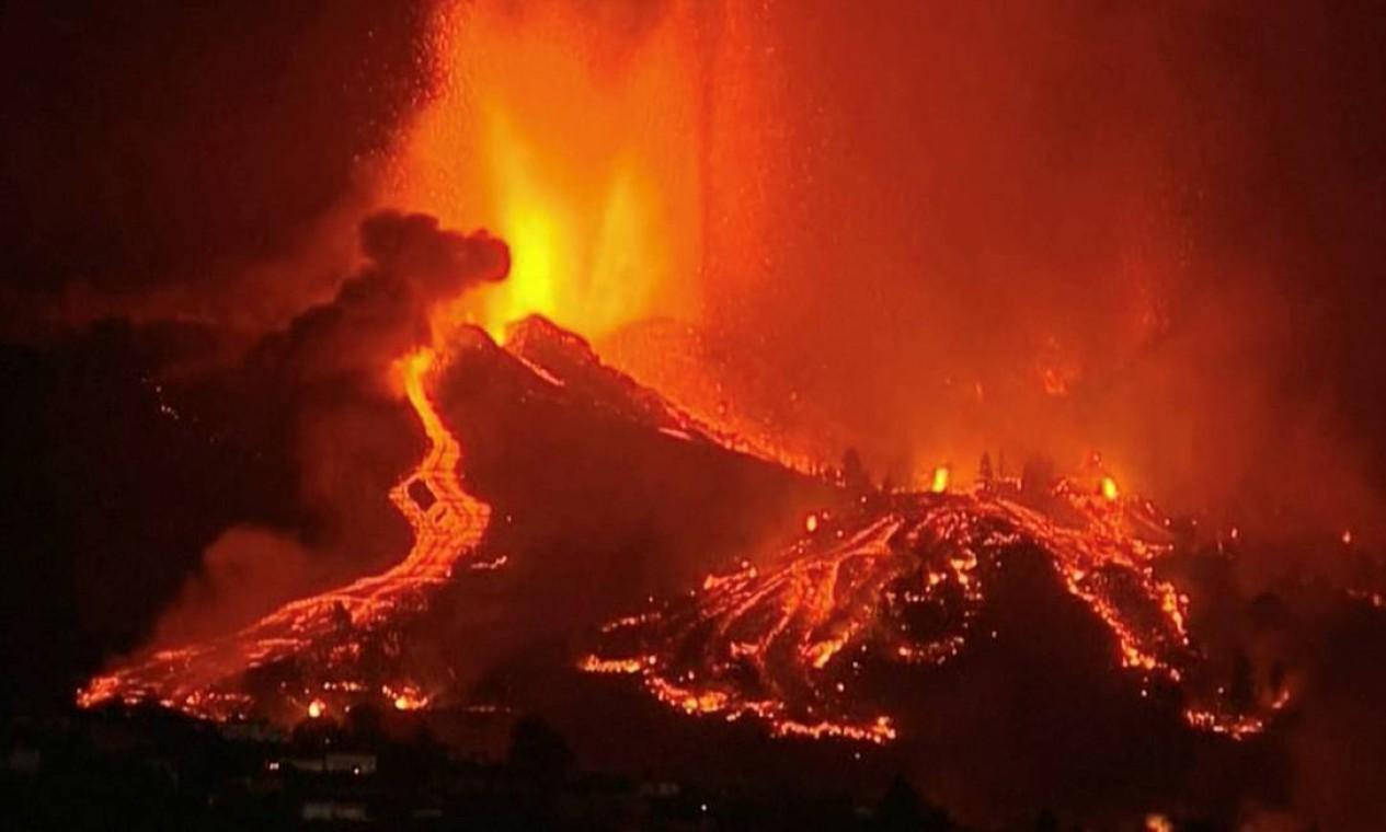 A lava jorra de um vulcão no parque nacional Cumbre Vieja em El Paso, nas ilhas Canárias de La Palma Foto: FORTA / via REUTERS