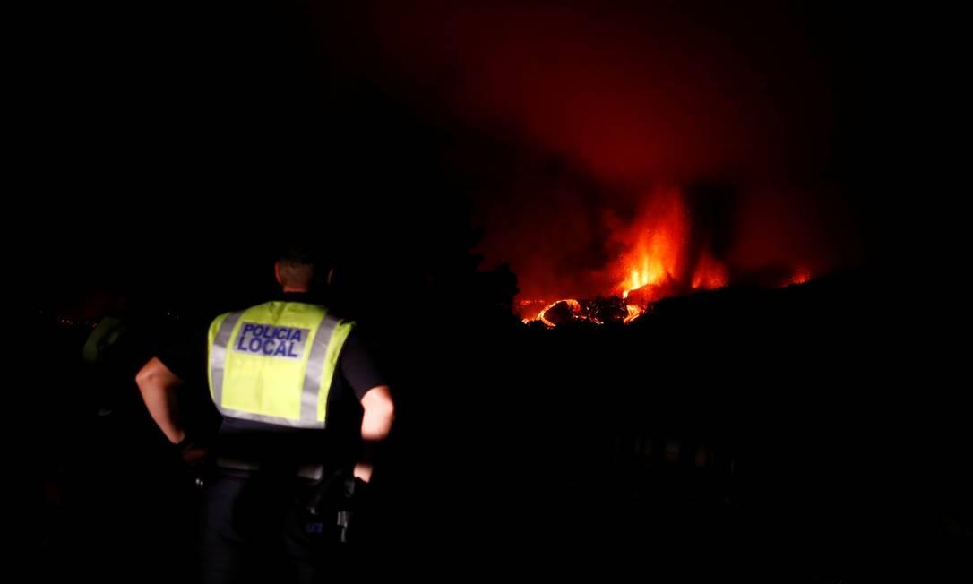 Oficiales monitorean el incendio y evacuan el área Foto: Borja Suarez / Selectores