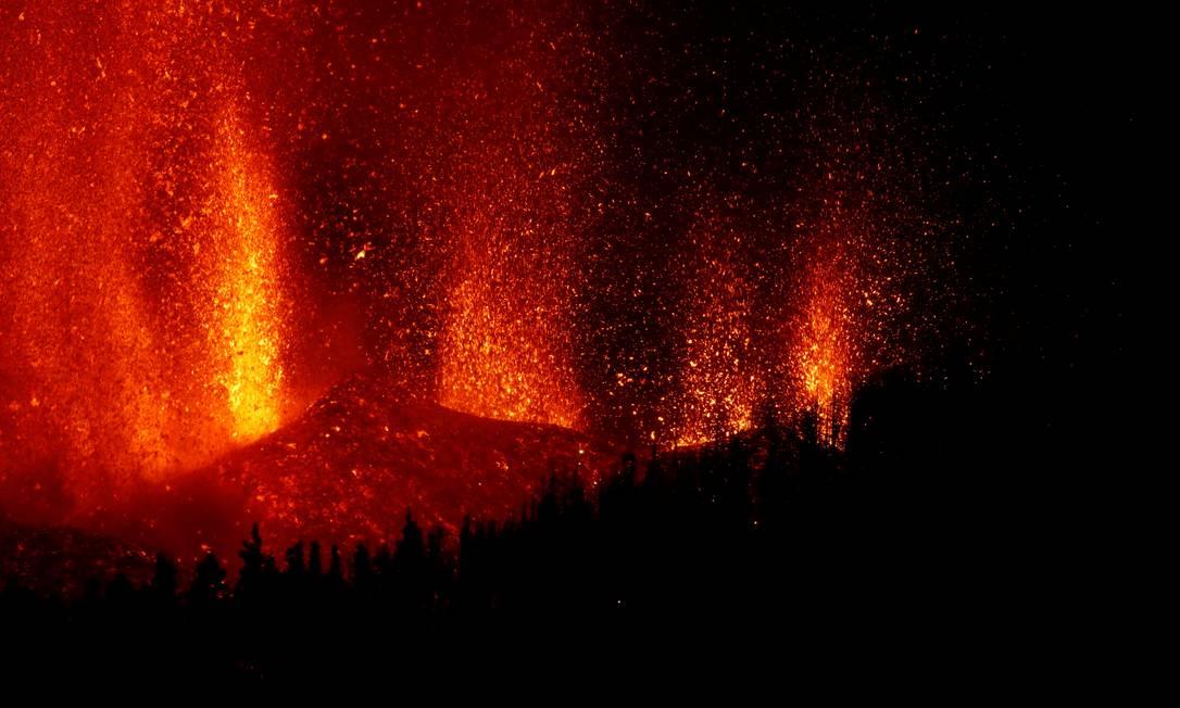 El chorro de lava se eleva después de una erupción volcánica en el Parque Nacional Cumbre Viza en El Paso, Islas Canarias de La Palma.