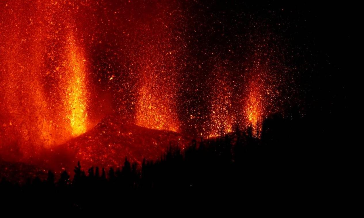 Jato de lava sobe após erupção vulcânica, no parque nacional Cumbre Vieja, em El Paso, nas ilhas Canárias de La Palma Foto: BORJA SUAREZ / REUTERS