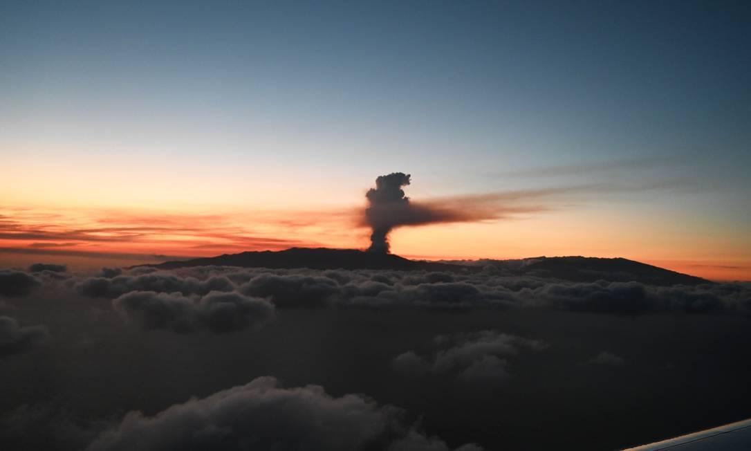 El humo del volcán en erupción en las Islas Canarias se ve desde arriba.  Foto: REX