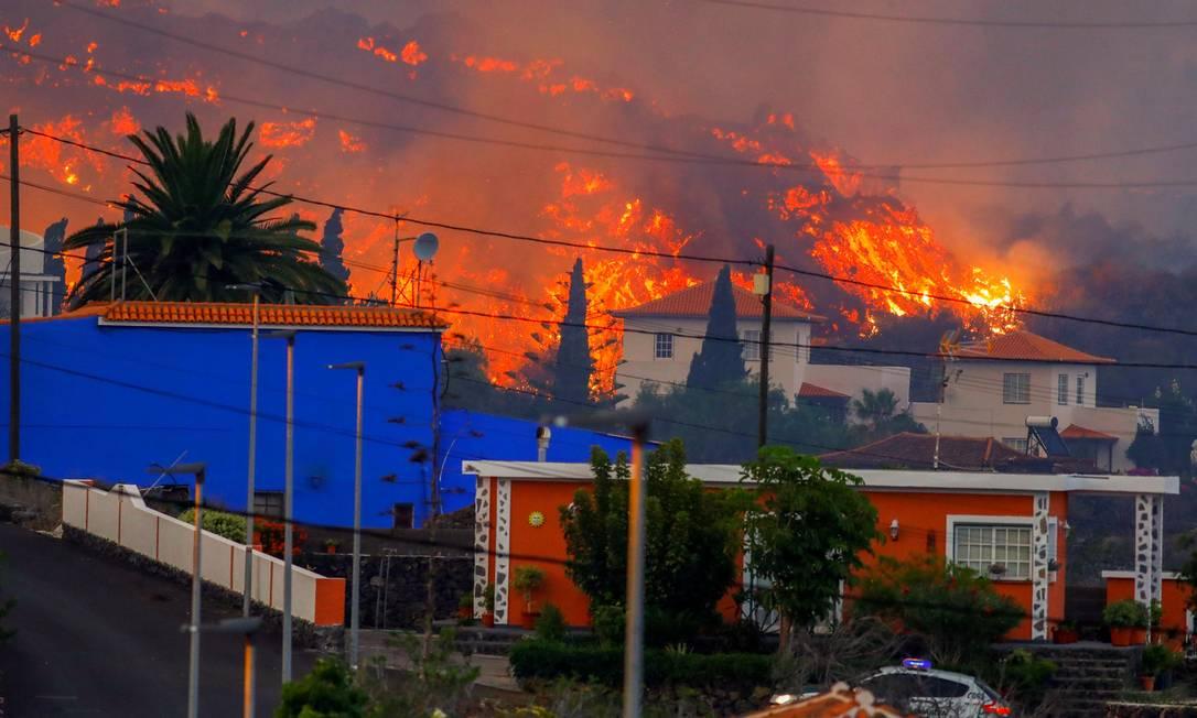 La lava llega a los habitantes de El Paso después de una erupción volcánica en las Islas Canarias.  Foto: REUTERS