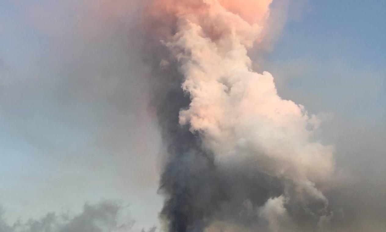 Fumaça e cinzas expelidas pelo vulcão forçaram moradores a deixarem suas casas. Foto: EPA