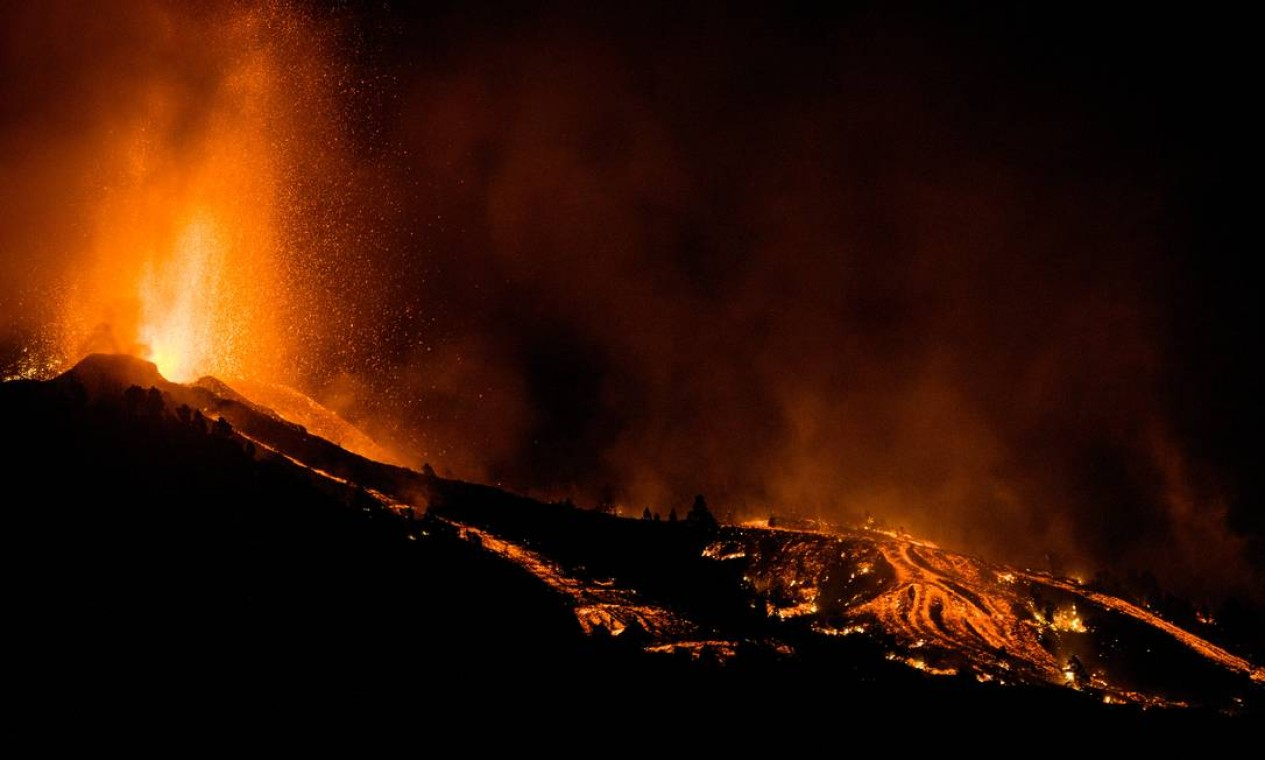 Lava sendo jorrada no momento em que o vulcão entrou em erupção em El Paso, nas ilhas Canárias de La Palma. Foto: AP