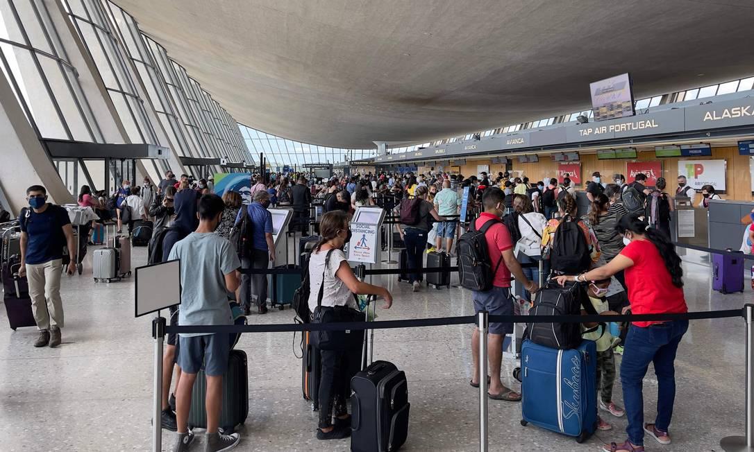Passageiros aguardam em fila no Aeroporto Internacional de Washington, em Dulles, Virgínia Foto: DANIEL SLIM / AFP/14-08-2021