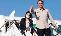 Presidente Jair Bolsonaro ao desembarcar no Aeroporto Internacional John F. Kennedy, em Nova York; ao fundo, a primeira-dama, Michelle Bolsonaro Foto: Alan Santos / Reprodução