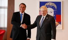 Presidente Jair Bolsonaro cumprimenta o primeiro-ministro do Reino Unido, Boris Johnson Foto: Alan Santos / Presidência da República