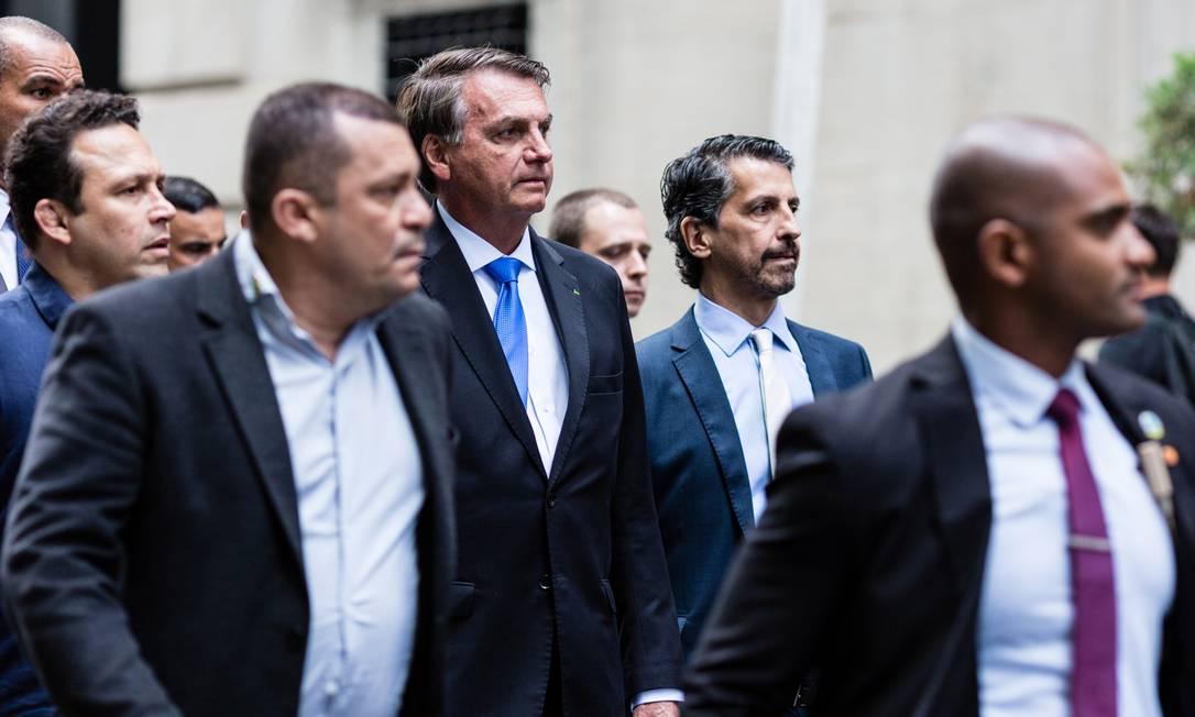 O presidente Jair Bolsonaro, caminha com parte da comitiva do lado de fora do hotel onde está hospedado, em Nova York Foto: STEFAN JEREMIAH / REUTERS