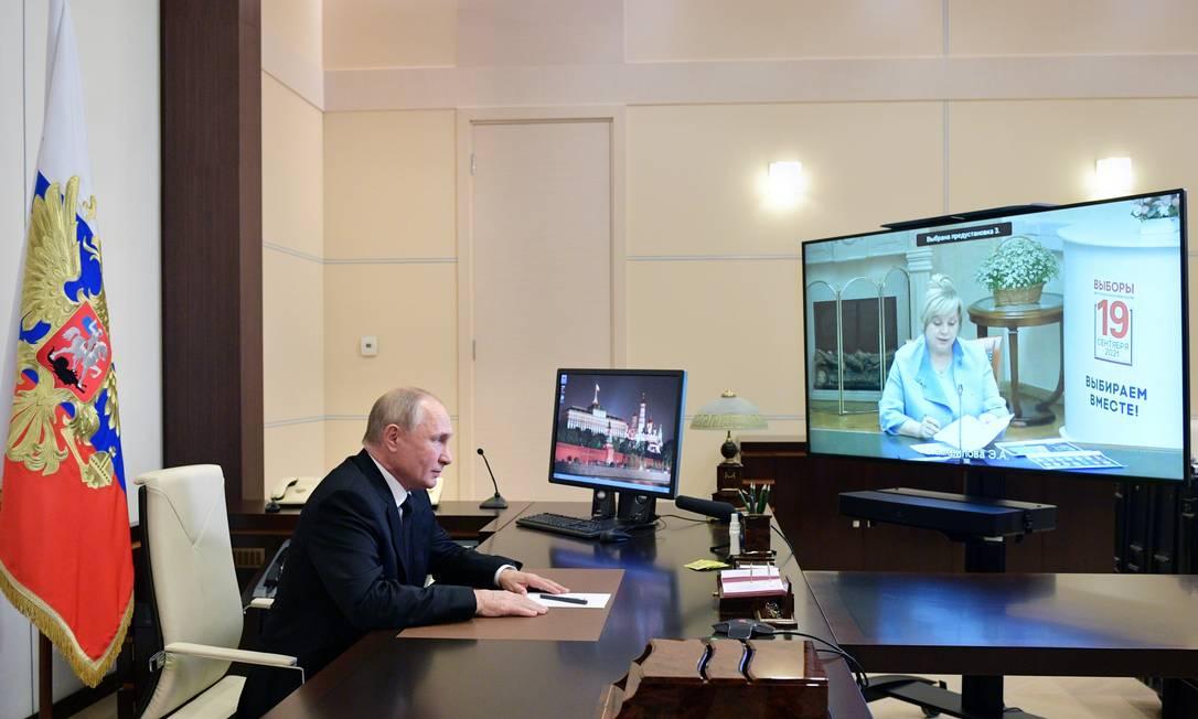 Presidente russo, Vladimir Putin, durante reunião com a chefe da Comissão Eleitoral Central, Ella Pamfilova, por videoconferência Foto: SPUTNIK / via REUTERS