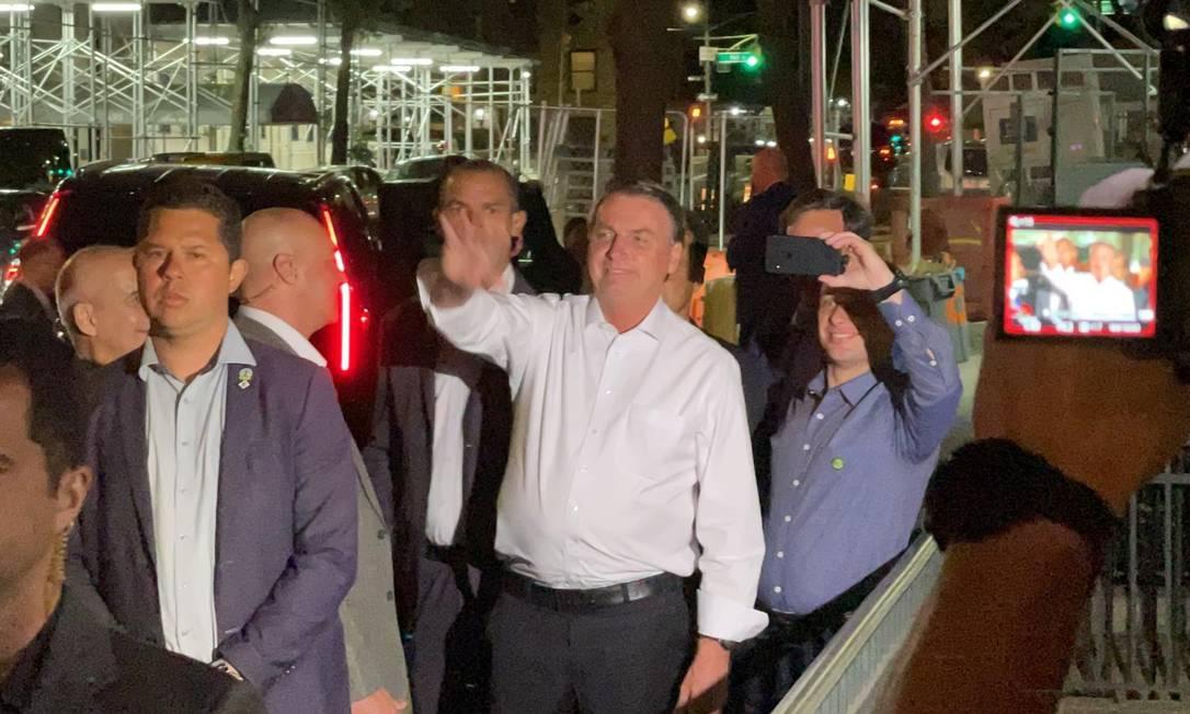 Jair Bolsonaro acena para manifestantes na saída da residência do embaixador do Brasil na ONU, depois de recepção oficial Foto: Pedro Moreira / Infoglobo