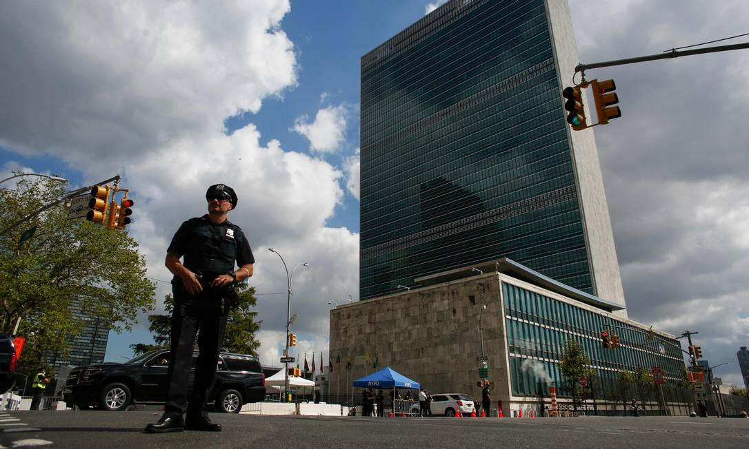 Guarda vigia arredores da sede das Nações Unidas, em Nova York, antes da Assembleia Geral Foto: KENA BETANCUR / AFP