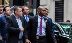 Acompanhado pela segurança presidencial, Jair Bolsonaro deixa hotel onde está hospdedado em Nova York Foto: Stefan Jeremiah