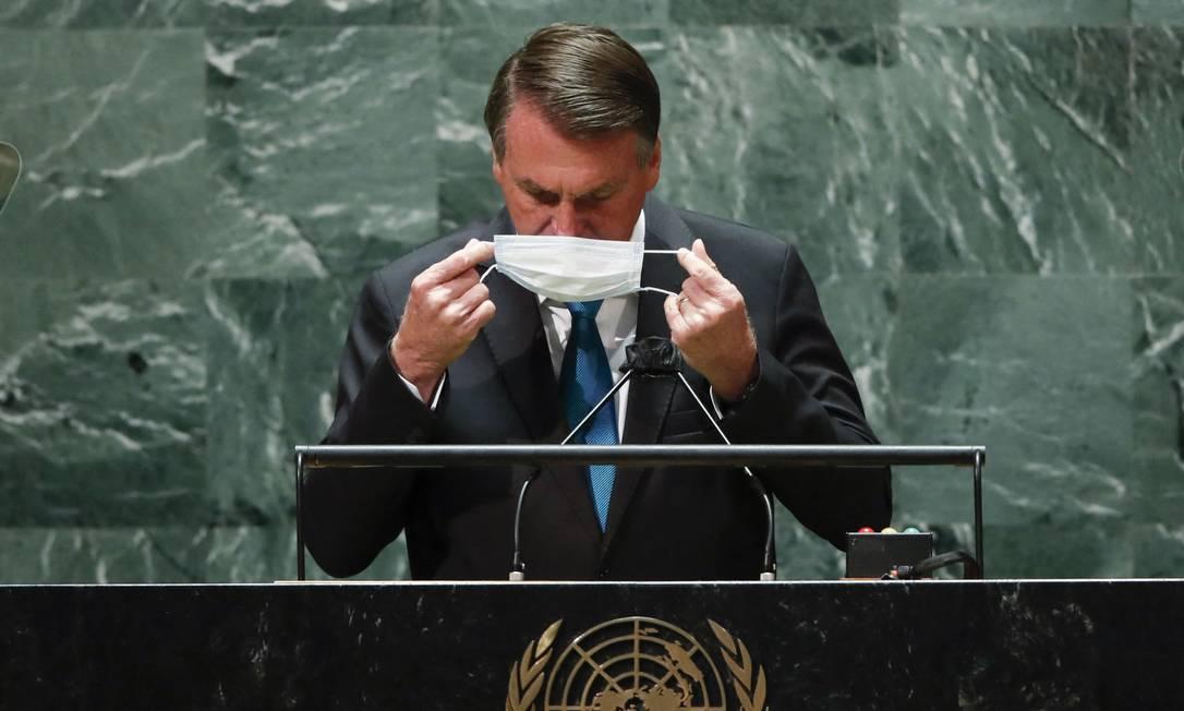 O presidente Jair Bolsonaro coloca a máscara após seu discurso na ONU Foto: EDUARDO MUNOZ / AFP