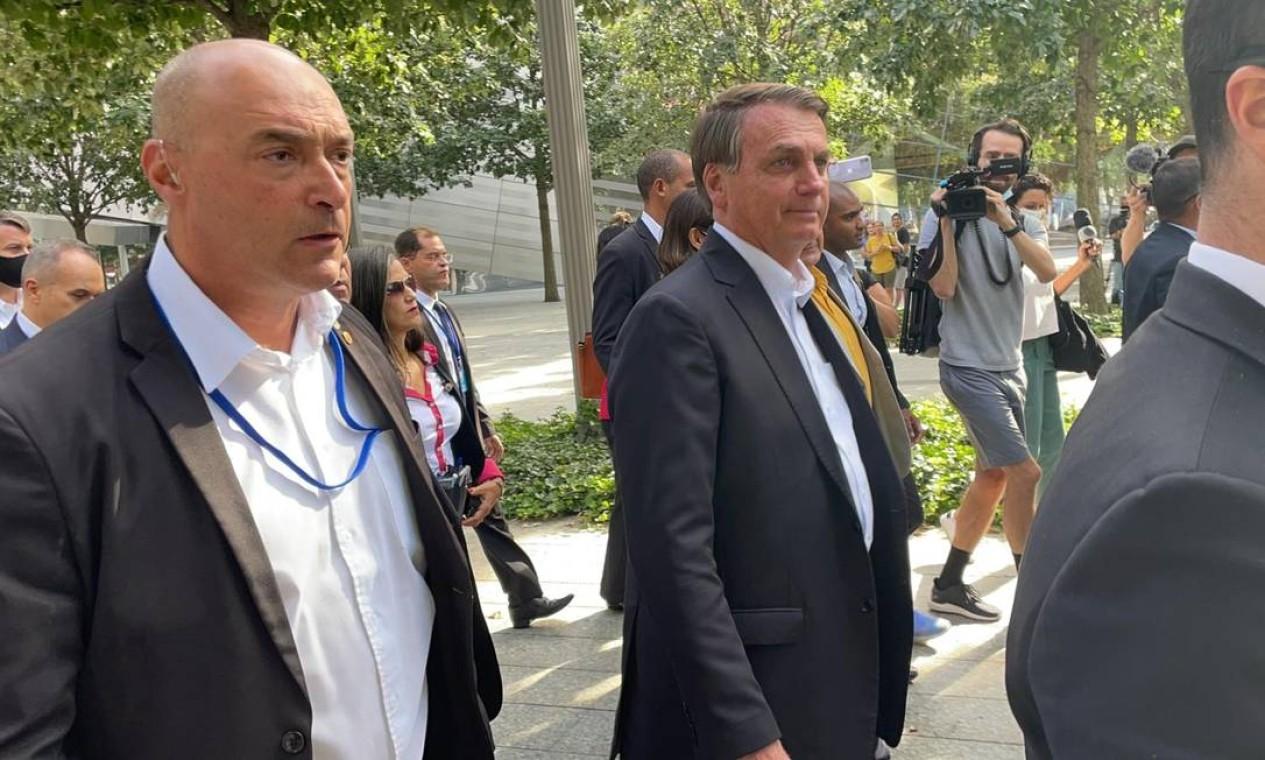 Bolsonaro é escoltado durante passeio pelo centro de Nova York, onde apenas pessoas que tomaram a vacina contra a Covid-19 podem circular sem máscara Foto: Pedro Moreira / Agência O Globo