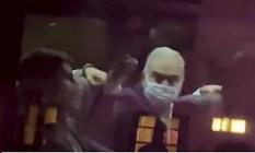 Ministro da Saúde Marcelo Queiroga, mostra dedo do meio para manifestantes em Nova York Foto: Foto Reprodução / Agência O Globo