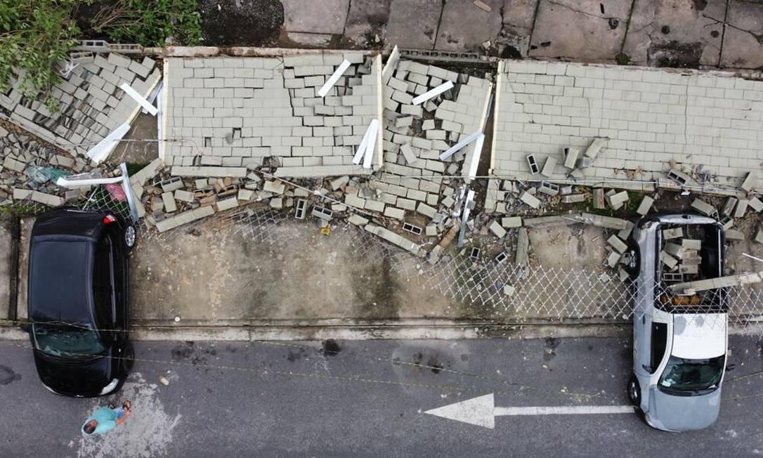 Muro caiu e atingiu carros estacionados em condomínio durante fortes ventos Foto: Márcia Foletto / Agência O Globo
