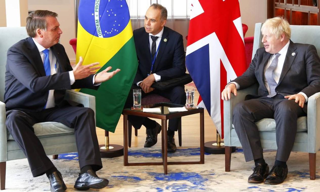 Durante encontro com Boris Johnson, no consulado britânico, ainda Bolsonaro tentou passar imagem positiva de sua política ambiental, alvo de críticas internacionais, além de admitir que não tomou vacina contra Covid, apesar de já ter sido infectado Foto: Michael M. Santiago / AFP