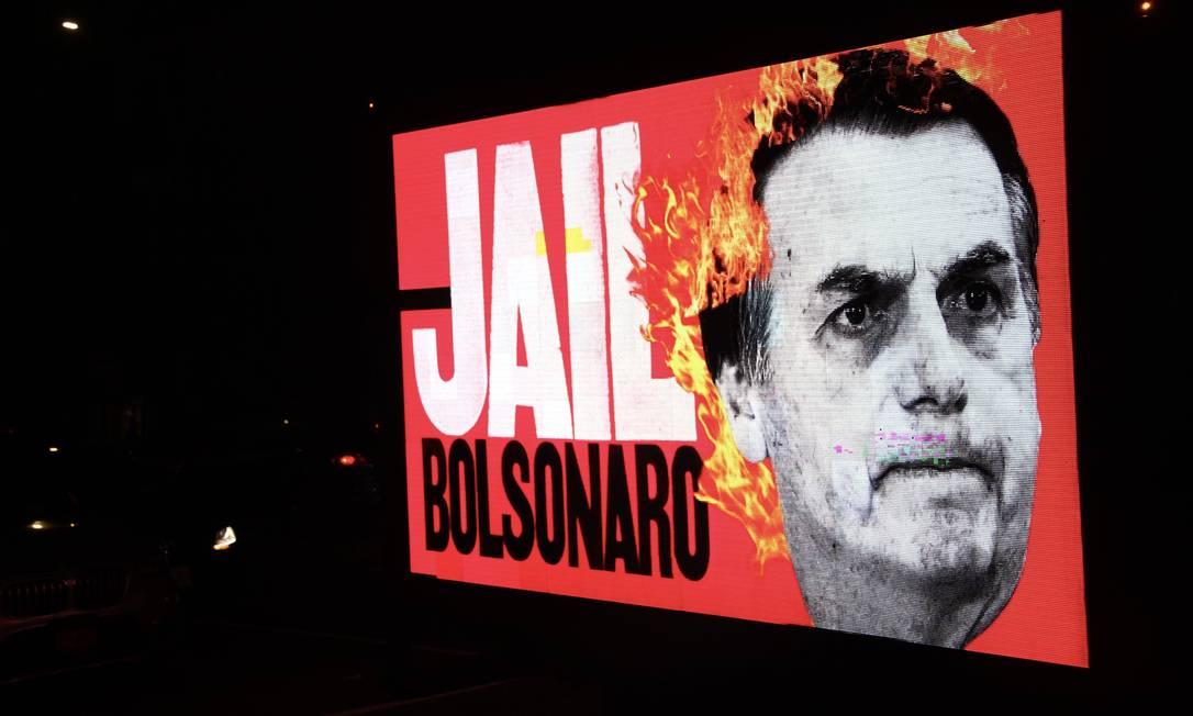 """Telão exibe mensagem de protesto com trocadilho em inglês (""""jail"""" significa cadeia), na chegada do presidente Jair Bolsonaro à casa do embaixador brasileiro em Nova York, nos Estados Unidos, onde participou de jantar Foto: TheNews2 / Agência O Globo - 20/09/2021"""