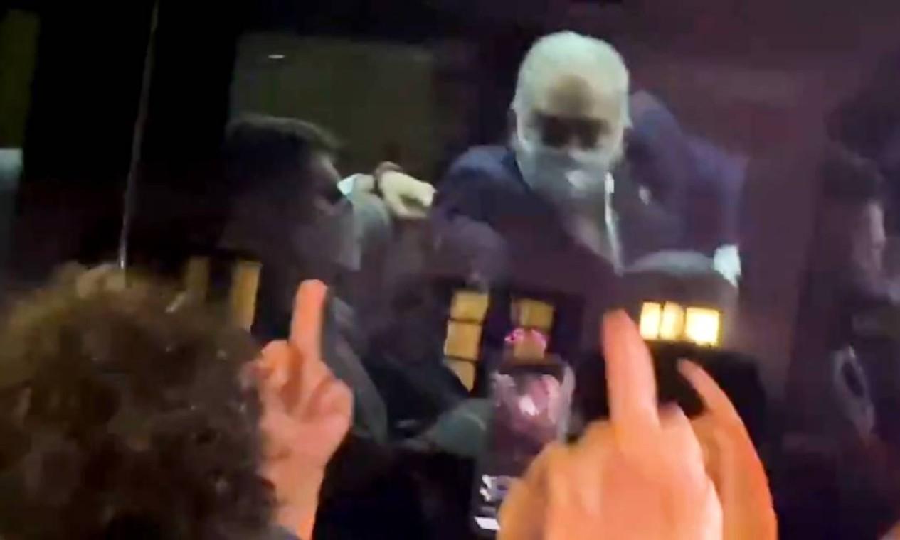 Logo depois de o ministro Marcelo Queiroga responder manifestantes com gesto obsceno, testou positivo para Covid-19. A Anvisa recomendou quarentena de 14 dias para todos os integrantes da comitiva Foto: Agência O Globo