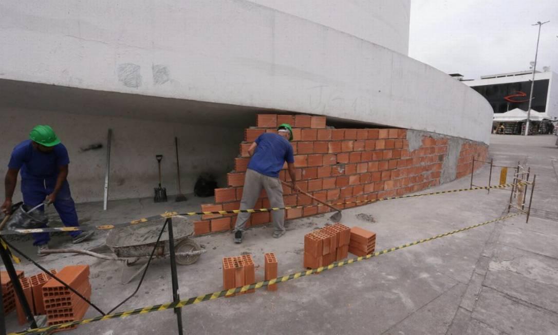 Operários fecham marquise do Teatro Raul Cortez, em Caxias, obra de Oscar Niemeyer Foto: Cléber Júnior/ Agência O Globo