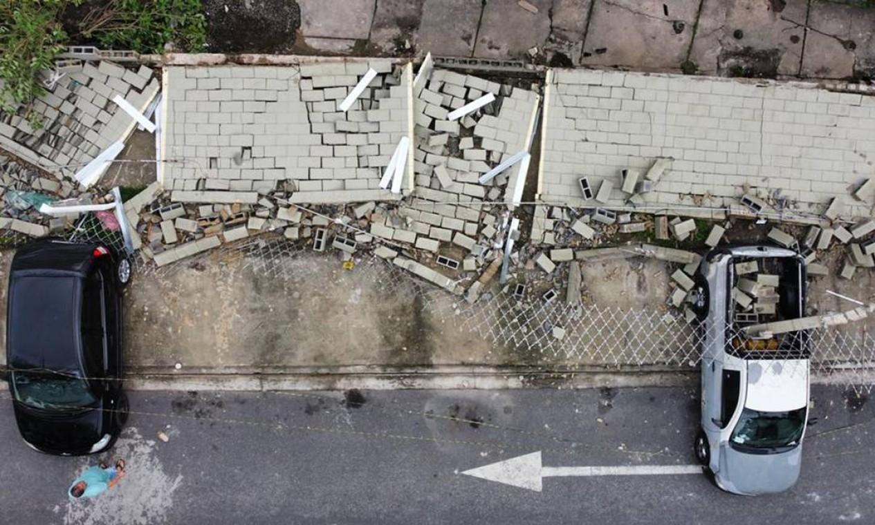 Muro caiu e atingiu carros estacionados em condomínio durante fortes ventos, no Engenho Novo, na Zona Norte Foto: Márcia Foletto / Agência O Globo
