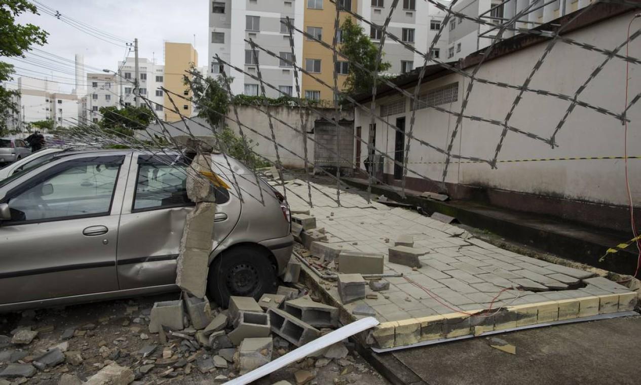 Muro caiu e atingiu carros estacionados em condomínio durante vendaval no Engenho Novo Foto: Marcia Foletto / Agência O Globo